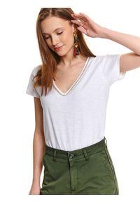Biały t-shirt TOP SECRET z aplikacjami, na wiosnę, z dekoltem w serek