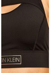 Czarny biustonosz sportowy Calvin Klein Performance z nadrukiem, z odpinanymi ramiączkami