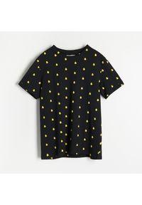 Reserved - T-shirt z drobnym nadrukiem - Czarny. Kolor: czarny. Wzór: nadruk