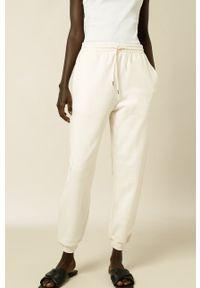 IVY & OAK - Spodnie Kay. Kolor: beżowy. Materiał: bawełna