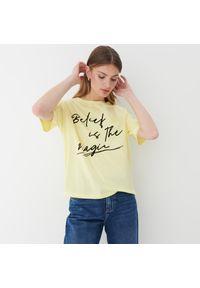 Mohito - Koszulka z welurowym napisem - Żółty. Kolor: żółty. Materiał: welur. Wzór: napisy