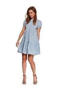 TOP SECRET - Luźna sukienka z falbanami. Okazja: do pracy, na co dzień. Typ kołnierza: kołnierzyk stójkowy. Kolor: niebieski. Długość rękawa: krótki rękaw. Sezon: lato. Typ sukienki: proste. Styl: casual
