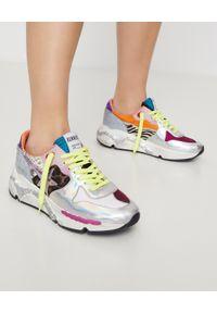 GOLDEN GOOSE - Wielokolorowe sneakersy Running Sole. Kolor: różowy, wielokolorowy, fioletowy. Materiał: tkanina, jeans, guma. Wzór: motyw zwierzęcy, nadruk, aplikacja, kolorowy. Obcas: na koturnie. Sport: bieganie