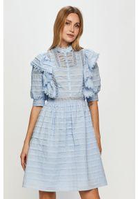 Niebieska sukienka Silvian Heach ze stójką, na co dzień