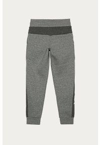 Szare spodnie dresowe Nike Kids z aplikacjami, na co dzień
