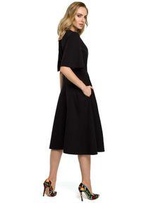 MOE - Rozkloszowana elegancka sukienka z paskiem w talii. Materiał: materiał, elastan. Typ sukienki: rozkloszowane. Styl: elegancki