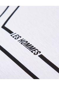 Les Hommes - LES HOMMES - Biały t-shirt z kontrastowym nadrukiem. Okazja: na co dzień. Kolor: biały. Materiał: bawełna. Wzór: nadruk. Styl: casual