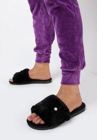Born2be - Czarne Kapcie Mhyrryss. Nosek buta: okrągły. Zapięcie: bez zapięcia. Kolor: czarny. Materiał: futro, materiał, guma. Wzór: aplikacja. Obcas: na płaskiej podeszwie