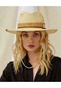 LESHKA - Beżowy kapelusz z pozłacanymi detalami Sand Fedora. Kolor: beżowy. Materiał: tkanina. Wzór: aplikacja