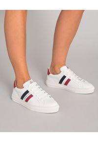 MONCLER - Białe sneakersy Ariel. Zapięcie: pasek. Kolor: biały. Wzór: paski. Sport: turystyka piesza