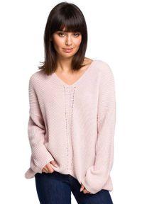 Różowy sweter asymetryczny MOE z asymetrycznym kołnierzem