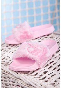 Casu - różowe klapki z futerkiem casu c7794. Kolor: różowy. Materiał: futro