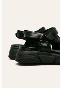 Czarne sandały s.Oliver na rzepy, bez obcasa, na platformie
