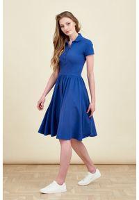 Marie Zélie - Sukienka Polo marszczona ciemnoniebieska krótki rękaw. Okazja: do pracy, na co dzień. Typ kołnierza: polo. Kolor: niebieski. Materiał: bawełna, dzianina, materiał. Długość rękawa: krótki rękaw. Typ sukienki: proste, sportowe. Styl: wakacyjny, sportowy, klasyczny, casual