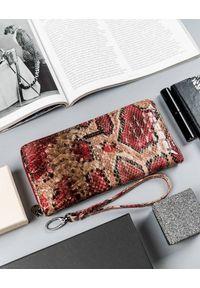 LORENTI - Wężowy portfel damski czerwony Lorenti 76119-DR-6932 RED. Kolor: czerwony. Materiał: skóra. Wzór: aplikacja