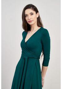 Marie Zélie - Sukienka Aida butelkowa zieleń. Typ kołnierza: dekolt kopertowy. Materiał: wiskoza, dzianina, elastan. Typ sukienki: proste, kopertowe. Styl: elegancki