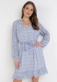 Born2be - Biało-Niebieska Sukienka Katheshi. Typ kołnierza: kołnierz z falbankami. Kolor: biały. Materiał: materiał. Długość rękawa: długi rękaw. Wzór: kwiaty, aplikacja. Długość: mini