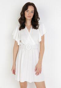 Born2be - Biała Sukienka Eiregana. Okazja: na wesele, na ślub cywilny, na randkę. Kolor: biały. Długość rękawa: krótki rękaw. Typ sukienki: kopertowe. Długość: mini