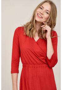 Marie Zélie - Sukienka Rita czerwień chilli mikromodal. Typ kołnierza: dekolt kopertowy. Kolor: czerwony. Materiał: wiskoza, dzianina, elastan, włókno, skóra. Długość rękawa: krótki rękaw. Typ sukienki: proste, kopertowe