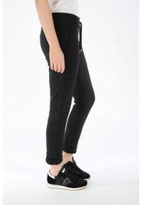 Spodnie dresowe Juvia. Kolor: czarny. Materiał: dresówka