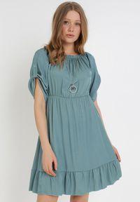Born2be - Ciemnozielona Sukienka Zaehorin. Typ kołnierza: dekolt hiszpanka. Kolor: zielony. Długość: mini