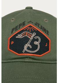 Oliwkowa czapka z daszkiem Pepe Jeans z aplikacjami
