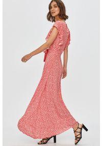 Różowa sukienka Answear Lab rozkloszowana, z okrągłym kołnierzem, na co dzień