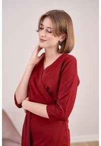 Czerwona sukienka Marie Zélie z kopertowym dekoltem, moda ciążowa, klasyczna