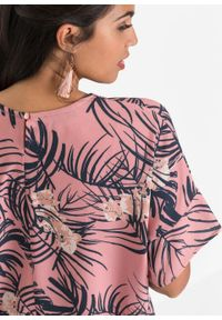 Bluzka z nadrukiem bonprix dymny różowy w kwiaty. Kolor: różowy. Długość rękawa: krótki rękaw. Długość: krótkie. Wzór: nadruk, kwiaty
