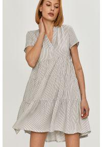 Biała sukienka Answear Lab z krótkim rękawem, mini, rozkloszowana, na co dzień
