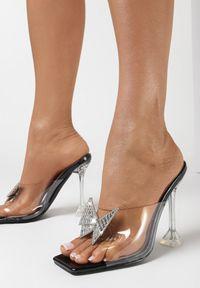 Born2be - Czarne Klapki Collas. Nosek buta: otwarty. Kolor: czarny. Wzór: geometria. Obcas: na słupku. Styl: glamour