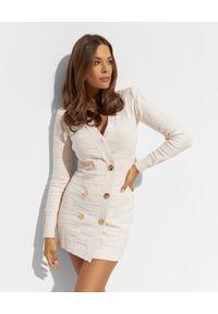 Elisabetta Franchi - ELISABETTA FRANCHI - Kremowa sukienka z monogramem. Kolor: biały. Materiał: dzianina. Długość: mini