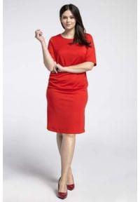 Nommo - Czerwona Prosta Sukienka z Marszczeniem PLUS SIZE. Kolekcja: plus size. Kolor: czerwony. Materiał: poliester, wiskoza. Typ sukienki: dla puszystych, proste