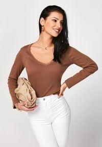 Born2be - Camelowa Bluzka Metirei. Okazja: na co dzień. Materiał: bawełna, jeans, dzianina, koronka, prążkowany. Wzór: koronka. Styl: klasyczny, elegancki, casual