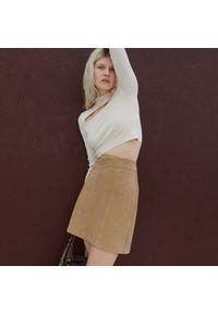 Reserved - Skórzana spódnica - Beżowy. Kolor: beżowy. Materiał: skóra