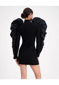 HERVE LEGER - Czarna sukienka z bufiastymi rękawami. Kolor: czarny. Materiał: tkanina. Wzór: prążki. Typ sukienki: asymetryczne. Długość: mini