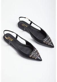 Szpilki Versace Jeans Couture klasyczne, na płaskiej podeszwie