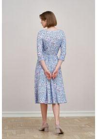 Marie Zélie - Sukienka Emelina Isara błękitna z fioletem. Kolor: niebieski. Materiał: tkanina, guma, dzianina, elastan, wiskoza, materiał. Styl: klasyczny. Długość: midi