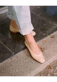 BALAGAN - Beżowe baleriny KIKAR CROCE. Okazja: na co dzień. Kolor: beżowy. Materiał: jeans. Obcas: na obcasie. Styl: elegancki, casual. Wysokość obcasa: średni