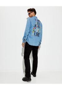 Versace Jeans Couture - VERSACE JEANS COUTURE - Denimowa koszula z ozdobnym logo. Okazja: na co dzień. Kolor: niebieski. Materiał: bawełna, materiał. Długość rękawa: długi rękaw. Długość: długie. Styl: casual