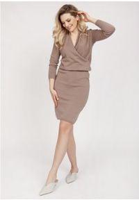 MKM - Sukienka z Dzianiny Swetrowej z Kopertowym Dekoltem - Mocca. Materiał: dzianina. Typ sukienki: kopertowe
