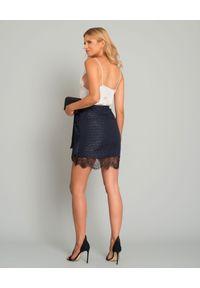 SELF PORTRAIT - Granatowa spódnica mini. Okazja: do pracy, na spotkanie biznesowe. Kolor: niebieski. Materiał: koronka, materiał. Wzór: koronka, kwiaty. Styl: biznesowy, wizytowy, elegancki