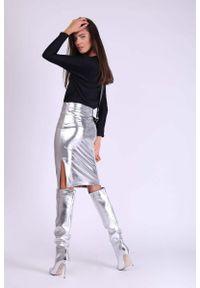 Nommo - Srebrna Ołówkowa Spódnica z Błyszczącej Tkaniny z Rozporkiem. Kolor: srebrny. Materiał: tkanina