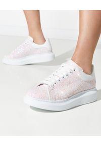 Białe sneakersy Alexander McQueen w kolorowe wzory, na sznurówki, z okrągłym noskiem