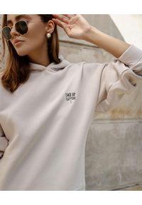 Dash My Buttons! - Bawełniana bluza z kapturem oversize. Typ kołnierza: kaptur. Kolor: beżowy. Materiał: bawełna. Styl: elegancki