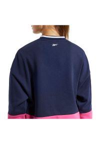 Bluza damska Reebok Training Essentials Logo FU2194. Materiał: polar, bawełna, poliester. Wzór: napisy. Sport: fitness