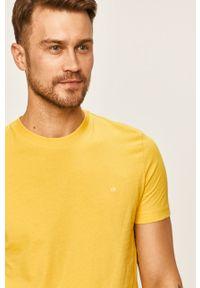 Żółty t-shirt Calvin Klein casualowy, na co dzień, z okrągłym kołnierzem