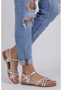Casu - Beżowe lekkie sandały płaskie z błyszczącymi paskami na krzyż casu k19x8/be. Zapięcie: pasek. Kolor: beżowy