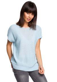 Niebieski sweter asymetryczny MOE krótki, z asymetrycznym kołnierzem