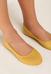 Renee - Żółte Balerinki Physiphis. Zapięcie: bez zapięcia. Kolor: żółty. Materiał: materiał. Szerokość cholewki: normalna. Wzór: kwiaty, gładki. Obcas: na płaskiej podeszwie